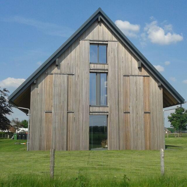 Voorkant Huis met luiken deels open